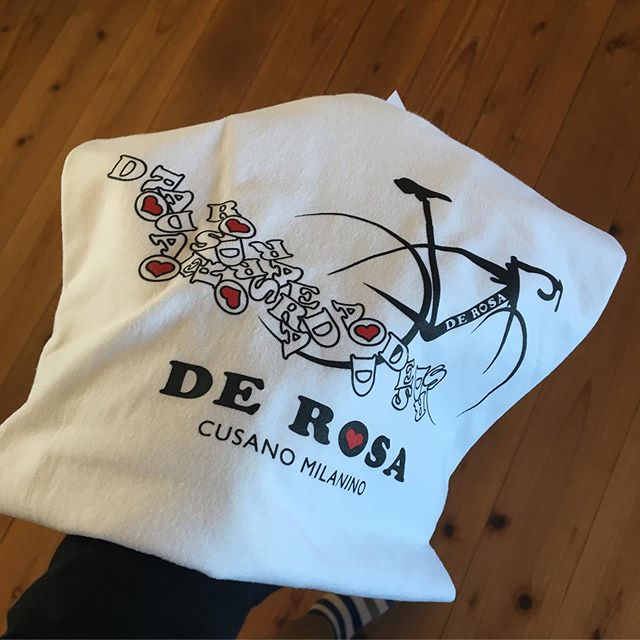 :・・デローザの白T。・・迷いましたが旧ロゴタイプをゲットしました。うちのデロさんは旧ロゴ、そして袖口にキュートな︎があったから、うきうきです。・・・#白tシャツ #旧ロゴ #ロードバイク #くるくるまわす系 #ポタリング #ボッチライド #デローザのある風景 #自転車のある風景 #derosa #derosaavant #derosabikes #tokyophotographer #tokyophotography #japanphotography #myview #japan #nice #happy #fun #重ね着