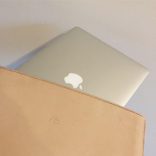 """レザークラフト作る日記 3 fin・・I did.・Leather MacBook Air 13"""" Sleeve・・・スリーブケースなんとかできました今後の課題もたくさん分かりましたが楽しかったすでに使ってみています、傷もよごれもいいじゃない、どんな風にエイジングしていくのか楽しみです。#Handmade #leather_craft #leathercraft #MacBook #Sleeve #本革 #ヌメ革 #tokyophotographer #tokyophotography #japanphotography #myview #japan #nice #happy #fun #fin #でけた #うちで過ごす #やればできる"""